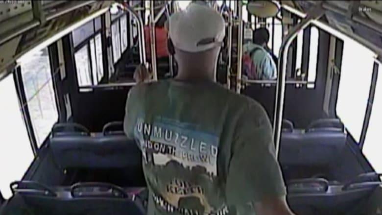 بالفيديو.. ركاب حافلة ينجون من تصادم قاتل مع قطار في اللحظة الأخيرة