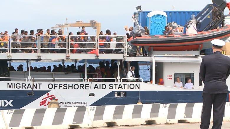 بالفيديو.. على شواطئ إيطاليا.. تدفق اللاجئين يتزايد واضعا إنسانية السكان أمام اختبار