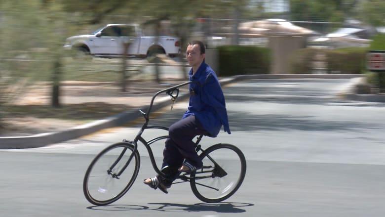 شاهد .. شاب ولد بلا يدين يقود دراجته باحتراف ويحب ويعشق السرعة