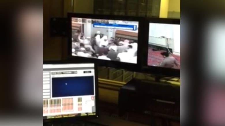 """بالفيديو.. """"مختل"""" يحاول الاعتداء على إمام المسجد النبوي أثناء الصلاة"""
