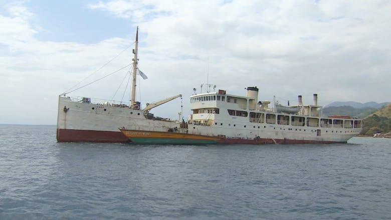 بالفيديو.. سفينة من الحرب العالمية تنقل آلاف البرونديين الفارين من أجل الخلاص