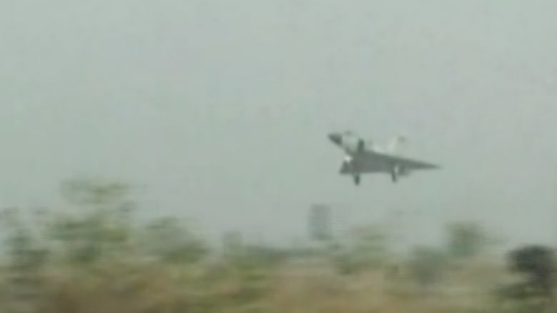 بالفيديو.. مقاتلة تهبط على طريق سريع في الهند