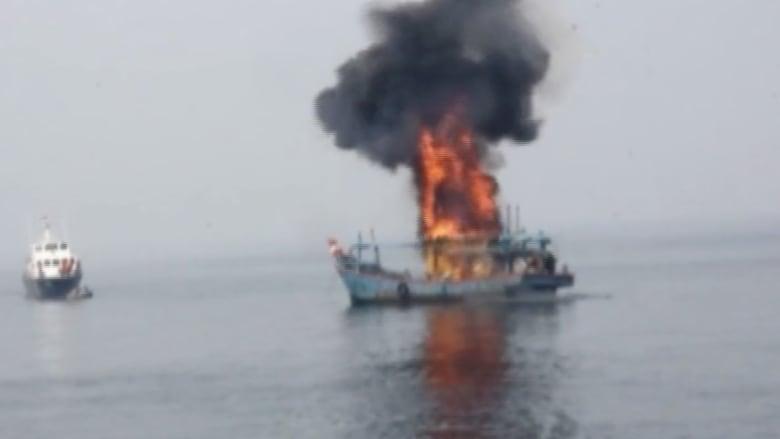 بالفيديو.. الجيش الإندونيسي يغرق عشرات السفن بسبب الصيد غير المشروع
