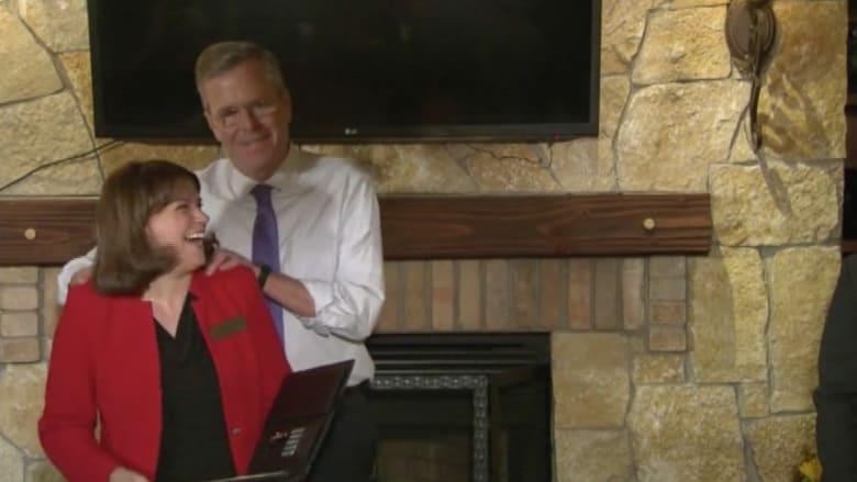 شاهد.. مرشح الرئاسة الأمريكية جيب بوش يقوم بتدليك كتفي سيدة أمام الجمهور