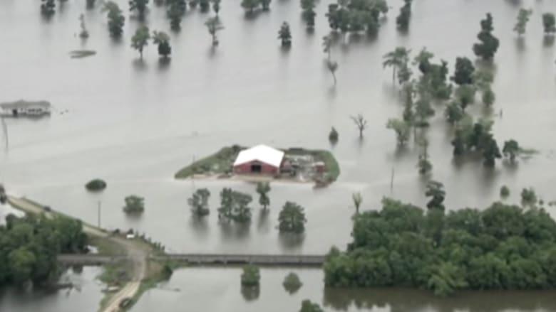 بالفيديو.. عشرات المنازل في ولاية تكساس محاطة بمياه الفيضانات