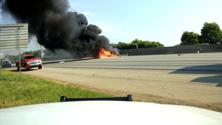 شاهد.. مقتل 4 في حادث سقوط طائرة على طريق سريع بأتلانتا