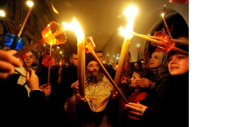 مسيحيون أرثوذكس يشعلون الشموع من شعلة وصلت من القدس خلال الاحتفال بعيد الفصح في مقدونيا