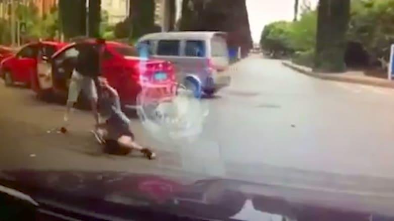 بالفيديو.. الصينيون يتعاطفون مع امرأة ضربها رجل بالشارع ثم ينقلبون ضدها.. شاهد السبب