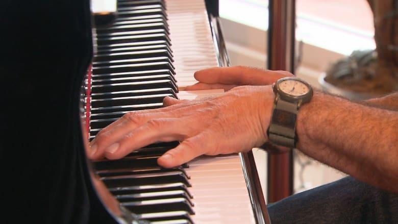 موسيقي ينتزع منه مرض باركنسون أفضل ما في حياته.. عزف البيانو