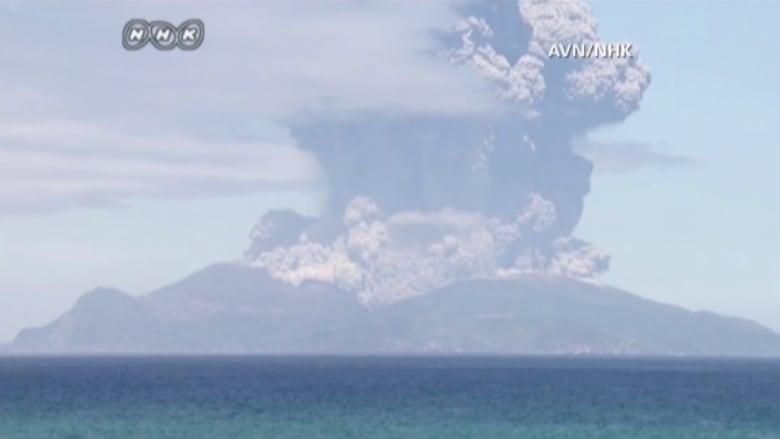 شاهد.. ثوران بركان يخلي جزيرة يابانية من سكانها