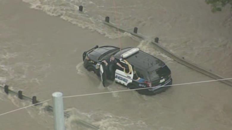 بالفيديو.. لحظة انقاذ شرطي حاصرته الفيضانات في تكساس