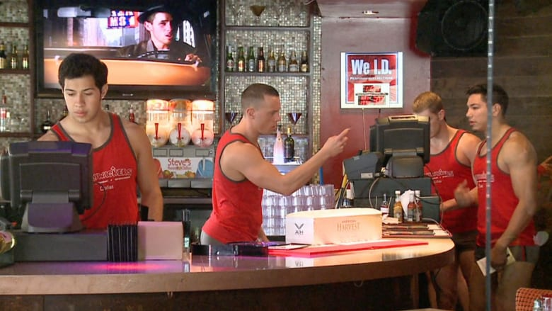 """صدق أو لا تصدق.. نسخة رجالية من مطعم """"هووترز"""" في دالاس!"""