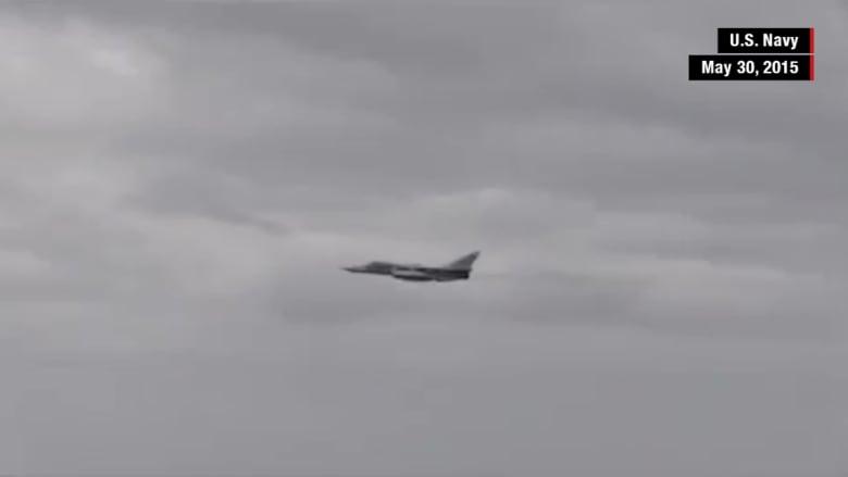 شاهد: طائرة روسية تحلق بالقرب من سفينة تابعة للبحرية الأمريكية