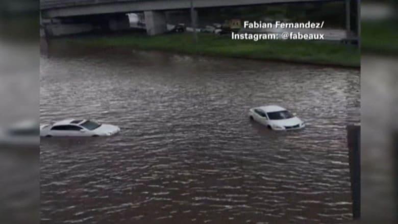 بالفيديو.. غرق سيارات على الطريق السريع.. والأمطار ليست السبب