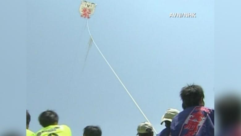 بالفيديو.. يحدث في اليابان فقط .. 4 مصابين بتحطم طائرة ورقية أحدهم بحالة خطرة