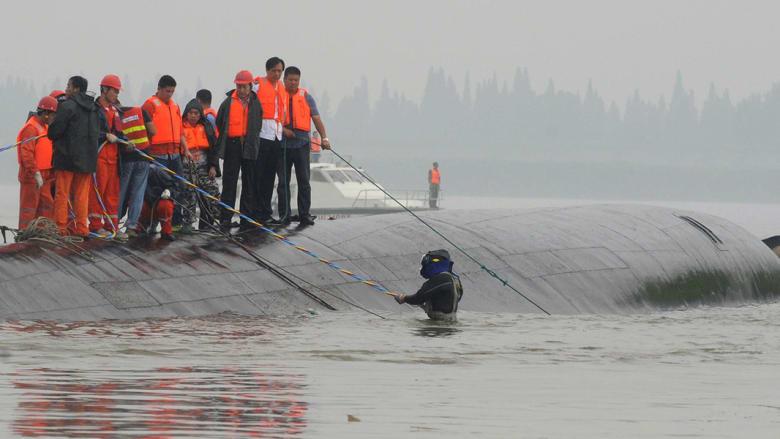 فقدان 400 معظمهم من المسنين بانقلاب سفينة صينية وأصوات تدل على عالقين بالقعر