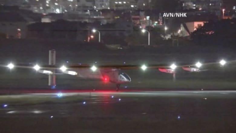 """بالفيديو.. الطائرة """"سولار إمبالس2"""" تهبط اضطرارياً في اليابان"""