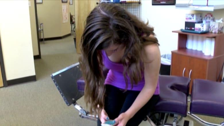 آلام الرقبة نتيجة الإفراط في استخدام الهواتف الذكية يضر الصغار قبل الكبار