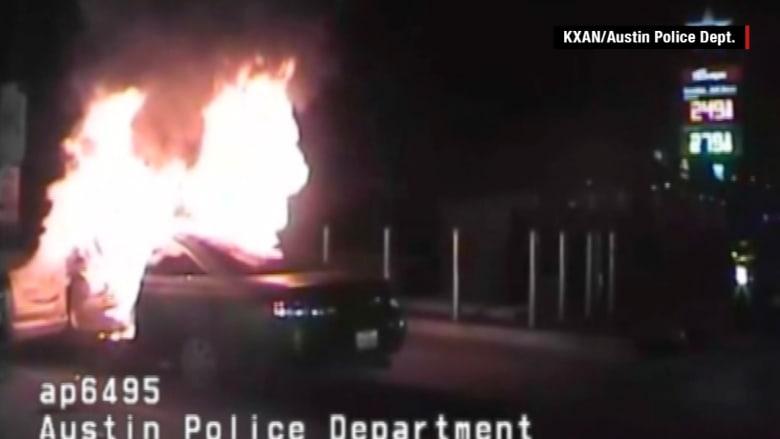 شاهد.. انفجار يقذف شرطيين خارج سيارة