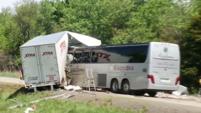 شاهد بالفيديو.. حادث مروع بين حافلة سياحية وشاحنة في بنسلفانيا