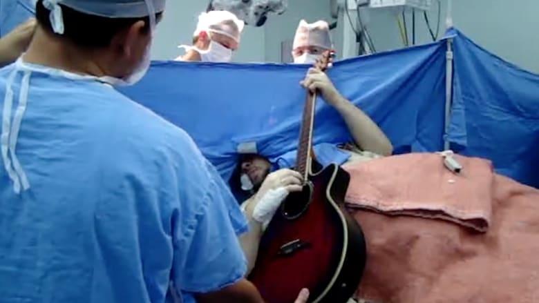 بالفيديو.. برازيلي يعزف على الغيتار أثناء إزالة ورم من دماغه