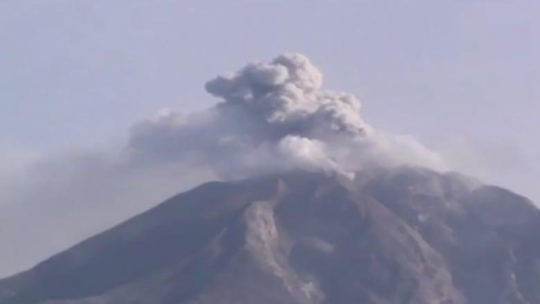 بالفيديو.. لحظة ثوران بركان جبل سينابونغ في اندونيسيا