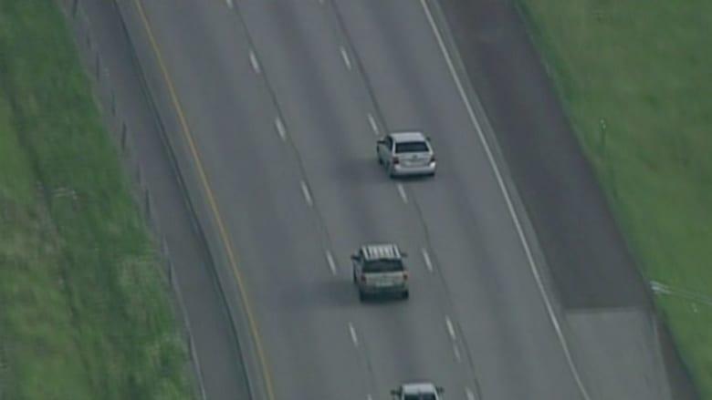 بالفيديو.. تحطم سيارة بعد مطاردة من الشرطة على الطريق السريع