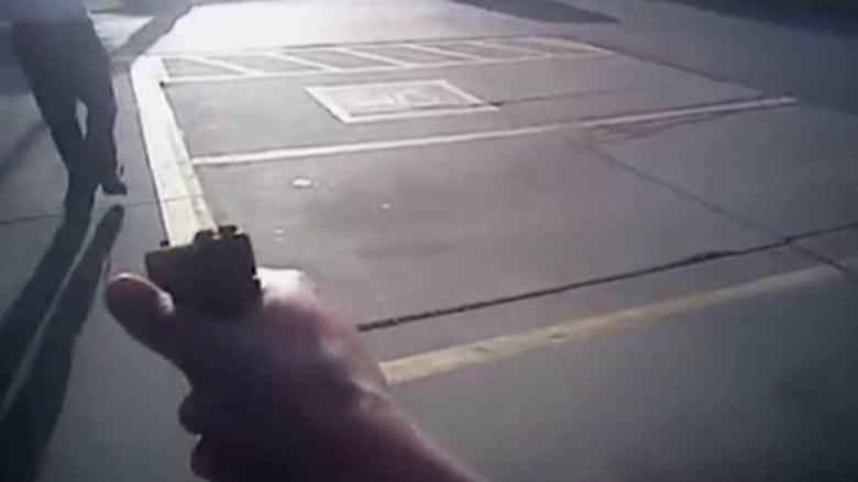 """فيديو يكشف لأول مرة إطلاق شرطي النار على """"مشتبه"""" لم ينتبه لندائه بسبب سماعه الموسيقى"""