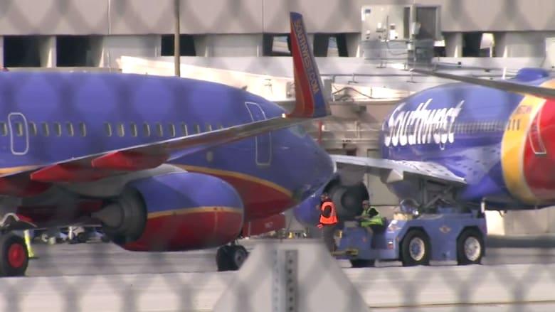 بالفيديو.. تصادم بين طائرتين على مدرج مطار بكاليفورنيا