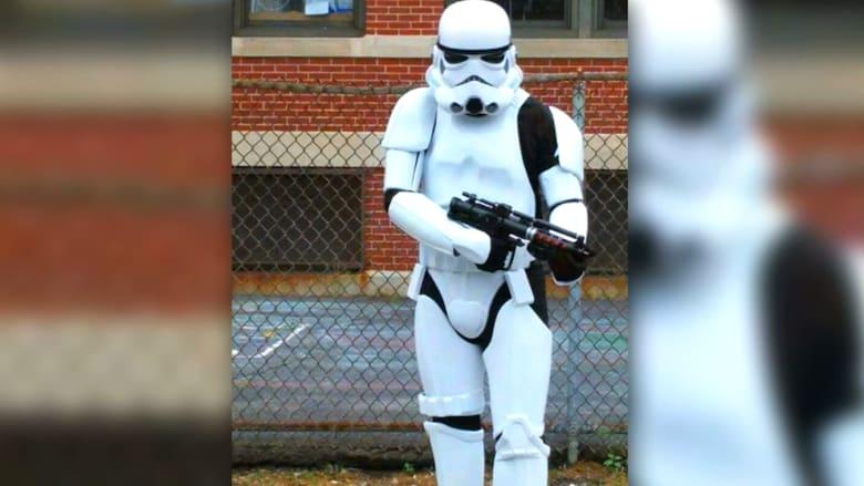 """بالفيديو.. رجل بزي """"حرب النجوم"""" يرعب الأهالي ويدفع المدرسة لاستدعاء الشرطة"""