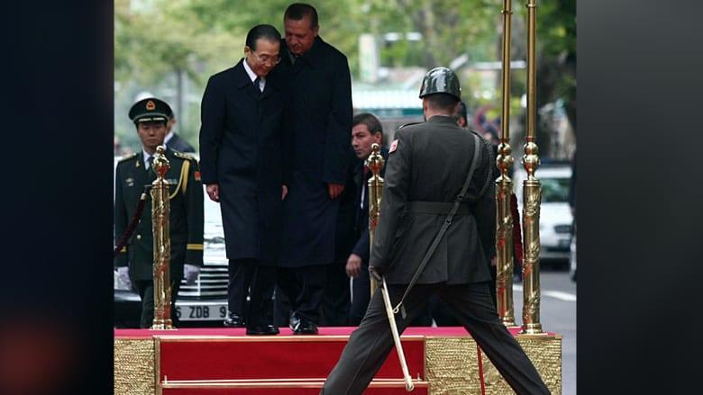 أردوغان مع رئيس مجلس الدولة الصيني ون جيا باو خلال مراسم الترحيب في أنقرة