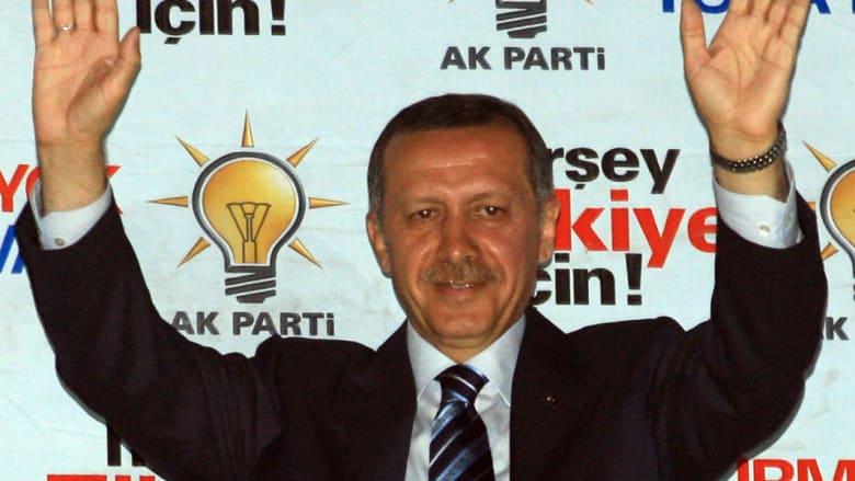أردوغان يحتفل بالنتائج الاولية للانتخابات الوطنية أمام مركز الحزب في 22 يوليو 2007 في أنقرة
