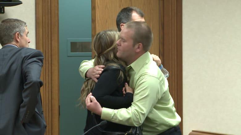 بالفيديو.. امرأة تقتل في حادث سيارة…و زوجها يحتضن القاتلة قبل دخولها السجن