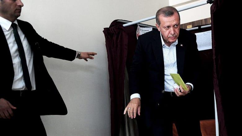"""حزب أردوغان يفوز بالانتخابات ويخسر الانفراد بالسلطة.. وأوغلو يدعو المعارضة إلى """"إعادة حساباتها"""""""