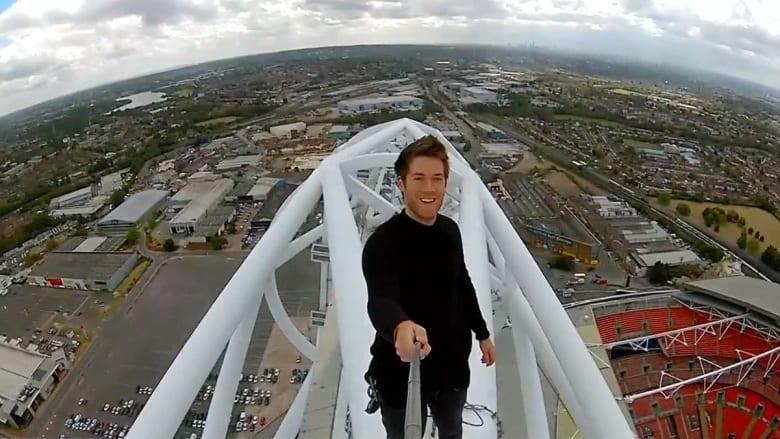 مشهد خيالي.. عداء مغامر يتسلق قوساً بطول 134 مترا باستاد ويمبلي