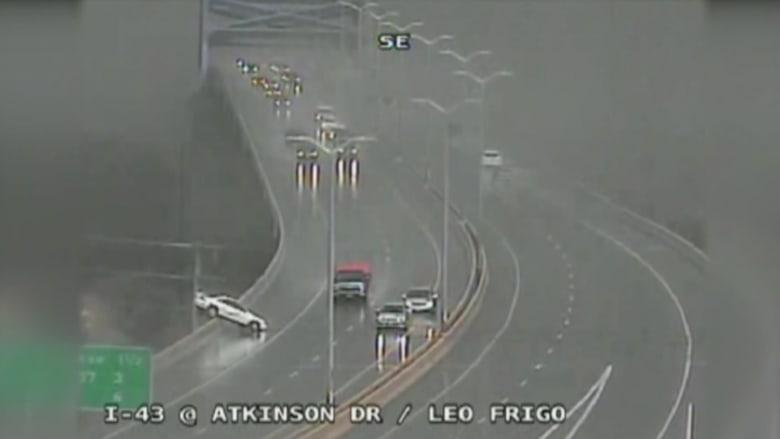فيديو: نجاة رجل من حادث سيارة على جسر