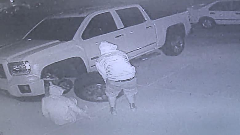 بالفيديو.. لصوص يسرقون عجلات سيارة شرطي مقعد مرتين بشهر واحد