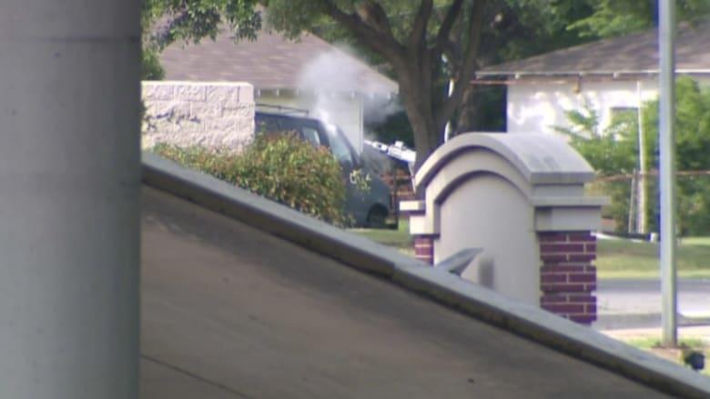 """بالفيديو.. """"روبوت"""" يفحص سيارة منفذ إطلاق النار على مقر قيادة شرطة دالاس"""