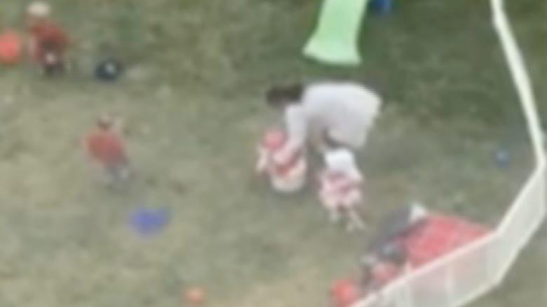 فيديو يصدم مدينة أمريكية.. عامل بمدرسة يعاقب طفلا بقسوة بسبب قبعة