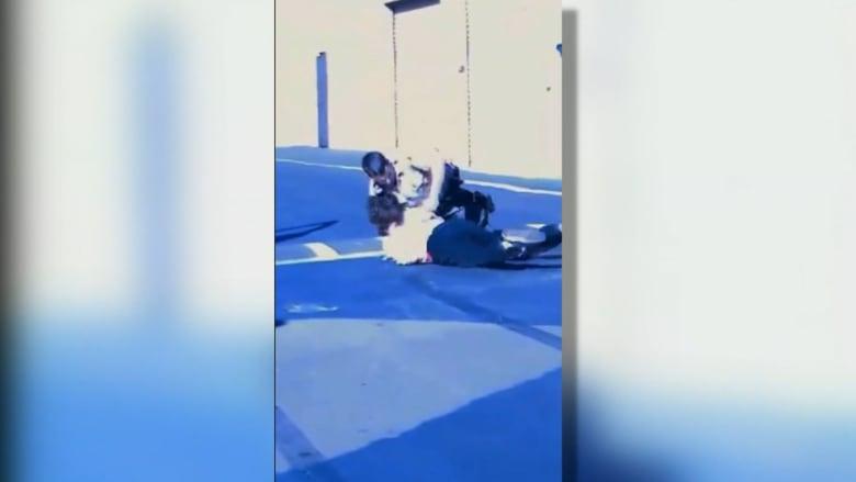 فيديو.. لرئيس مركز شرطة يصعق مراهقا بالكهرباء