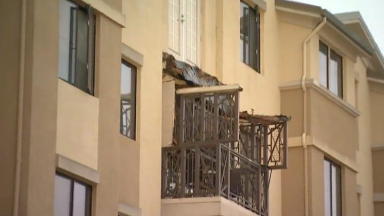 بالفيديو.. انهيار شرفة مجمع سكني بكاليفورنيا يودي بحياة 6 أيرلنديين