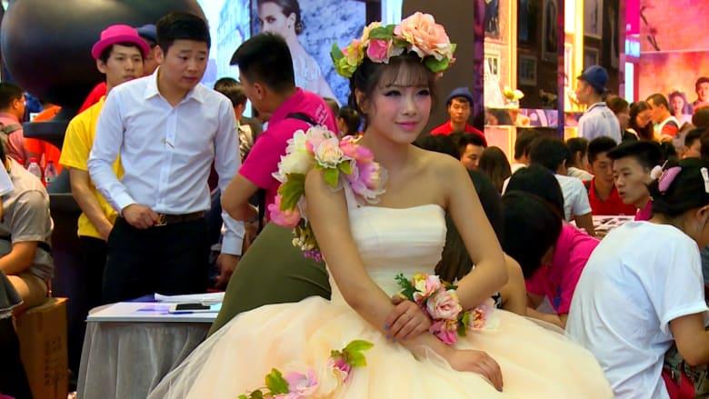 شبان صينيون يصرفون ثروة على الأعراس…لسمعة الأهل والتفاخر