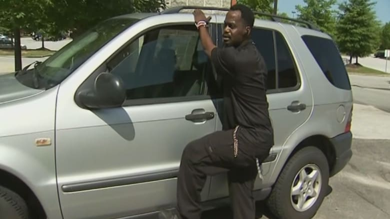 أب يتعلق بسيارته.. بعدما حاول لص الفرار بها وابنه بالداخل