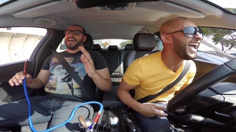 شاهد.. كوميديان في السيارة وسط أزمة مرورية في القاهرة