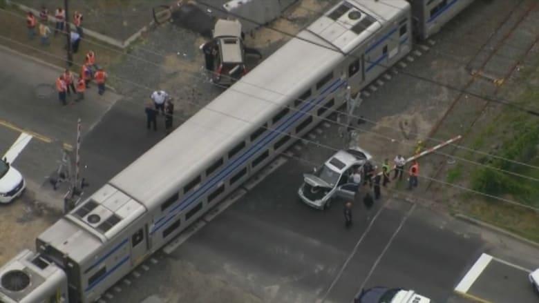 بالفيديو.. سيارة تصطدم بأخرى وقطار يسحقهما بنيويورك