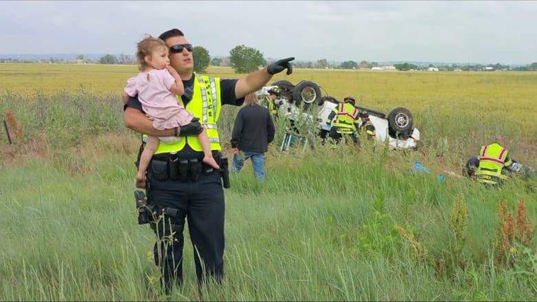 شرطي يتحول إلى أب لدقائق.. ويغني لتهدئة طفلة شاهدت وفاة والدها