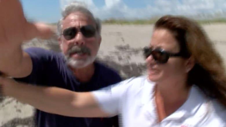 رحلة صحفيين على شاطئ للعراة تنتهي بمواجهة