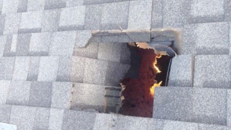 بالفيديو.. كرات جليدية ضخمة تسقط من السماء وتخترق سقف منزل بأمريكا