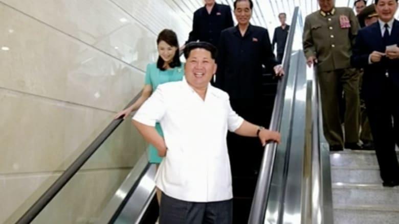 بالفيديو.. مجموعة صور لزعيم كوريا الشمالية كيم جونغ أون برفقة زوجته ومحاطاً بجنرالاته