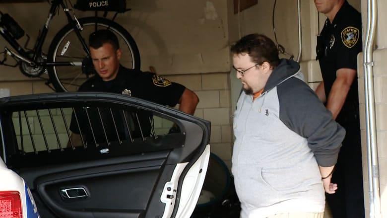 القبض على لص سطا على أحد البنوك .. وسلاحه دمية جنسية